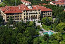 """Gazi Üniversitesi Rektörlük Binası / Gazi Mustafa Kemal Atatürk, 1926'da Türkiye Cumhuriyeti'nin gençlerin iyi bir gelecek kurabilmeleri amacıyla Ankara'da öğretmen yetiştiren bir okul açılmasını istemiştir. Birinci Ulusal Mimarlık Akımının öncülerinden Mimar Kemaleddin'in projesi, muhteşem bir yapıya dönüşerek """"Orta Muallim Mektebi ve Terbiye Enstitüsü"""" adıyla açılmıştır.Enstitünün adı 1929 yılında """"Gazi Orta Muallim Mektebi ve Terbiye Enstitüsü"""", 1976'da """"Gazi Eğitim Enstitüsü"""", 1982'de """"Gazi Üniversitesi"""" olarak düzenlenmiştir."""