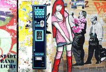 Streetart Fotografie / Graffiti-Photomotive zeigen facettenreiche Straßenkunst gepaart mit ungewöhnlichen Fassaden und Statements. Die ausdrucksstarken Detailmotive offenbaren unterschiedliche Blickwinkel und neue Interpretationen. Aufgenommen in zahlreichen Großstädten, werden sie zu neuen Kompositionen vereint und auf exklusivem Material präsentiert.