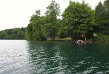 Feldberger Seenlandschaft / Die Feldberger Seen sind als umwaldete Klarwasserseen eine besondere Attraktion für Wasserwanderer und Taucher. Sie sind meist durch flache schmale Fließe miteinander verbunden. Diese verlaufen durch üppige Sumpfwildnis und sandige Wälder und verbinden die Feldberger Seen mit den Lychener Gewässern und dadurch mit der Oberen Havel.