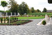 OGRÓD ZAPROJEKTOWANY I WYKONANY Z DETALAMI - CIESZYN / Grupa Gardenplanet zaprojektowała i wykonała kompleksowo duży ogród z eleganckim i nowoczesnym przed-ogródkiem. Do aranżacji ogrodu zostały wykorzystane materiały z najwyższej półki.