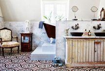 Французское ретро в ванной / Интерьер больше напоминает уборную в средневековом французском замке: мебель из качественных натуральных материалов и интерьер, построенный на классическом сочетании коричневого и бежевого.