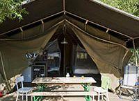 Safaritent / Een safaritent staat voor luxe en avontuurlijk kamperen. Ruim opgezet, volledig ingericht, vaak gelegen op kleine campings in de natuur. Uiteraard zijn deze safaritenten ook voorzien van keukenunit, koelkast, gasfornuis, eettafel met banken , relax stoelen, heerlijke (boxspring)bedden, een luifel en terras. www.luxetent.nl