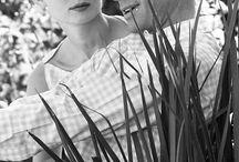 Célèbres fiançailles. / De la Reine Elisabeth II à Kate Middleton en passant par Grace Kelly ou Elisabeth Taylor, découvrez avec Bijoux Baume tous les secrets de leurs bagues de fiançailles anciennes ou contemporaines aussi emblématiques que ces femmes. Bague de fiançailles 3 ors, diamants, marguerite saphir ou émeraude.