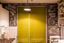 LUXURY keuken muurschildering / Geef de keuken een geheel eigen uitstraling met exclusieve airbrush muurschilderingen. Beton of betonlook is bijna onmisbaar wanneer je een industriële sfeer aan de keuken wilt geven. De schildering geeft het idee van een krijtbord en past zeer goed in deze industriële/vintage keuken.