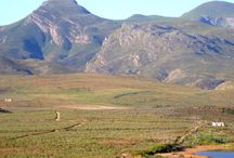 McGregor Welgedaan Farm house Accommodation / Hidden from any thorough road, this dead end is a heavenly patch easing you into absolute tranquillity.  From the deck the Sonderend Mountains stretches endlessly from the west to the south.