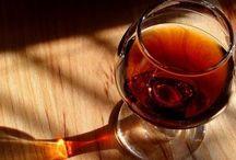 Copas y botellas de vino