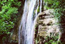 Roccafluvione / Roccafluvione è situata nella Provincia di Ascoli Piceno a 299 metri s.l.m., in una stretta valle sulle sponde del Fluvione, torrente da cui ha preso il nome.