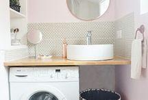 Une petite salle d'eau rose et une mini cuisine grise