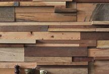 Paredes con listones de madera. / Si te gusta la idea de poner listones de madera en la pared además de ser un material ecológico y muy económico, si usas madera reciclada como revestimiento aumentarás el aislamiento de tu vivienda y conseguirás un importante ahorro energético.  Además decorar con listones de madera las paredes de tu casa puedes darle un toque personalizado poniendo tablones en diferentes tintes y barnizados. Otra opción interesante  es jugar a mezclar tablas de diferentes espesores o darle un estilo vintage.