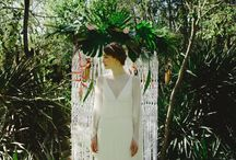 Tropical Love / Photographs: La Dichosa //Styling: Rodolfo MCartney Wedding planner: Las Flechas de Vera //Wedding dress: Jose María Peiro //Headpiece: Taneke Tocados //Evening dress: Alicia Rueda //Bride's Shoes: Franjul //Groom's suit: Pugil Groom shoes: Jesús Cánovas Hair and make-up artist: Nieves Timor Flowers: Savia Bruta Cakes and sweets: The Sweetest Lab Plate: Andrea Zarraluqui Wedding stationery: Cristina Maser Macramé: María Flores  Neon: Arcade Neon Macaws: Chloe and Zeus