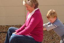 """5 idei de activități pentru copii și bunici / Bunicii sunt oamenii cu argint în păr și aur în inimă. Datorită lor, fiecare copil are mai multe locuri cărora să le spună """"acasă"""", iar unul este casa bunicilor. Astăzi venim în ajutorul nepoților și bunicilor cu câteva idei pe care să le pună în practică în momentele când își petrec timpul împreună. Am ales idei creative, simple de pus în aplicare și de mare efect atât pentru cei mici, cât și pentru cei mari. http://jucarii-vorbarete.ro/5-idei-de-activitati-pentru-copii-si-bunici/"""