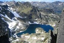 Andorra / Verstopt in de Pyreneeën ligt dwergstaat en vorstendom Andorra. Over het algemeen staat Andorra bekend als belastingparadijs was shoppers en skiërs prima kunnen verpozen. Maar Andorra staat ook voor schitterende vergezichten en heeft een unieke staatsvorm.