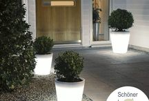 """Beleuchtung Gartenlounge / Eine Lounge im Freien weckt die unterschiedlichsten Assoziationen. Wir zeigen Euch, wie Ihr im Sommer mit einer umweltgerechten Außenbeleuchtung einfach """"Schöner Loungen"""" könnt. Die passende Beleuchtung sollte den Stil unterstreichen und Glanzpunkte setzen.  Hier seht Ihr besondere Lichtideen, die vollkommen schnörkellos von einer klaren Formgebung und coolem Design geprägt sind. Eure Sitz-Ecke wird zu einer Relax-Ecke und Wohlfühloase, die Euch hilft, den Tag entspannt ausklingen zu lassen."""