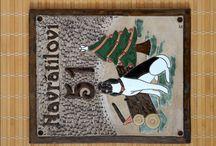 Jmenovky na dveře z keramiky - www.keramika-dum.cz / Originální ručně ryté a glazované jmenovky na dveře z keramiky. Výroba keramiky na zakázku.