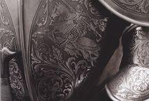 Armures / Carapaces des chevaliers au Moyen Âge, les armures sont longtemps portées par l'aristocratie à cause de leur symbolique de bravoure, courage, loyauté, noblesse.... qui leur sont rattachées.