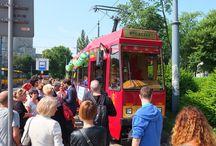 """Chorwacja wjeżdża do UE / horwacja wejdzie do UE 1 lipca, a w sobotę już... wjechała. Chorwacki tramwaj przejechał ulicami Warszawy, w ramach akcji """"Przystanek Chorwacja"""" - zorganizowanej przez Komisję Europejską w Polsce. Elementy chorwackie można było znaleźć nie tylko w tramwaju, ale też na przystankach na jego trasie. Dziękujemy za wspólną podróż. http://bit.ly/18mY1vI"""