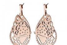 Oorbellen voor dames / Trendy, modieuze oorbellen met unieke design van het merk LOISIR. De sieraden en horloges van LOISIR zijn ontworpen door een speciaal designteam, maar wel verkrijgbaar tegen een betaalbare prijs. Bekijk op deze bord de oorbellen van LOISIR van IP goud of roségoud roestvrij staal. In deze selectie vind je modieuze fashion items met witte of turquoise kristallen, kruisjes, hartjes, knopjes, sterretjes, of andere exotische elementen! Ontdek ons op www.aperfectgift.nl