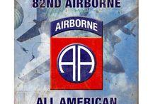 """WW2 - FORMATIONS - 82nd AIRBORNE / 82 Dywizja Powietrznodesantowa(ang.U.S. 82nd Airborne Division) –związek taktycznywojsk powietrznodesantowychArmii Stanów Zjednoczonych. 82 dywizjazostała sformowana 25 sierpnia 1917 wCamp Gordon, wGeorgii. Była to pierwsza jednostka formowana z rekrutów ze wszystkich stanów, wcześniejsze jednostki zachowywały zasadę naboru z jednego stanu. Ze względu na to uzyskała przydomek """"All Americans"""" stąd też wzięła się naszywka naramienna składająca się z dwóch liter A."""