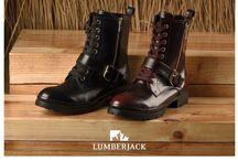 Lumberjack ayakkabı modelleri / Lumberjack ile ayaklarınız güvende! 1945 yılında İtalya'nın Verona şehrinde ürettiği el yapımı ayakkabılarıyla sektöre adım atan Lumberjack markası, kaliteli hizmet anlayışını bugünlere kadar taşıdı. Markanın sembolleri olan akça ağacı yaprağı ve ayı pençesi, markanın kurucularından olan Ivo Antonini tarafından tasarlandı. Özellikle bot modelleri ile ün yapan ve kalite ile konforu aynı yerde buluşturan marka ayakkabı modelleri ilede beğeninizi toplamaya devam ediyor.