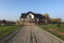 Projekt domu Ofelia / Projekt domu Ofelia to propozycja MG Projekt z grupy domków, których protoplastą jest popularny domek Julka. Projekt domu Ofelia - dzięki swojej symetrycznej elewacji z frontowym gankiem i dużą lukarną z balkonem nad drzwiami wejściowymi, przypomina również również inny dom z naszej kolekcji - Benedykt 2.