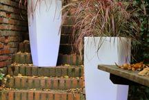 Design Flower Pots TerraForm / W naszym portfelu produktowym znajduje się jedyna w Polsce tak duża kolekcja stylowych, dużych donic. Mnogość materiałów, kolorów i form, sprawi, że w kreatywny sposób odmienić można każdą przestrzeń. Dzięki nim, zarówno otwarte place miejskie, jak i wnętrza budynków zyskają nowoczesny styl i charakter. To bezcenne narzędzia, z którymi przełamać można monotonię oraz skutecznie podnieść rangę miejsca, w którym się znajdą. www.terraform.pl