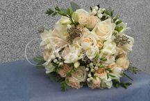 Svatební kytice s bouvardií / Svatební kytice z růží, frézií a bouvardií, výzdoba svatebního auta z růží a ammi, kytice pro maminky, košíky pro malé družičky a korsáže pro ženicha a svědky