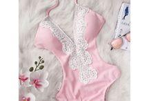 Swimwear/Monokini - Ολόσωμα Μαγιό / Φόρεσε τα πιο εντυπωσιακά γυναικεία ολόσωμα μαγιό το φετινό καλοκαίρι. Επέλεξε μέσα από τη μεγάλη μας συλλογή αυτό που σου ταιριάζει! Floral ή μονόχρωμα, με vintage πινελιές ή μεταλλικούς τόνους, σίγουρα θα βρεις αυτό που ψάχνεις στο FashionRoom.
