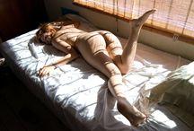 ligger naken på sängen