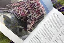 """Stricken auf Dänisch - FANØ STRIK / Christel Seyfarth stellt in ihrem Buch """"FANØ STRIK"""" ihre farbenfrohen Designs samt Inspirationsquellen vor. Auch für deutsche Leser, die des Dänischen nicht mächtig sind, ist das eine tolle Sache, weshalb sich unsere Wolle & Design-Chefin das Buch nun ins Deutsche übersetzt hat. Das Buch in der deutschen Übersetzung und auch die passenden Garne könnt Ihr natürlich bei uns kaufen: http://www.wolleunddesign.de/buecher/verschiedene-buecher/fano-strik--christel-seyfarths-strickbuch.php"""