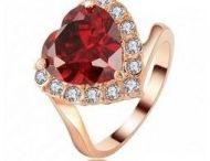 """Inele /  Prin designul sau deosebit un inel delicat sau extravagant va atrage intotdeauna privirile. Bijuteria care pune in valoare finetea mainii si o manichiura perfecta este inelul elegant, sofisticat, plin de valoare, stralucire si emotie, intr-un dar aducator de fericire atunci cand spui: """"DA""""."""