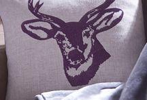 """""""Stags Head"""" / Capa de almofada decorativa com motivo bordado. Sem enchimento. Enchimento de almofada vendido em separado. Parte de trás lisa. Com fecho de correr."""