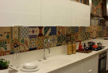 cozinha branca com ladrinho adesivo colorido