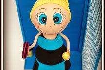 Fofucha Jugadora de Padel / Hoy os mostramos a una nueva fofucha. En esta ocasión es una jugadora de padel con su uniforme, pala y pelotas. La peana es una pista de padel con red y reja pintado todo a mano.