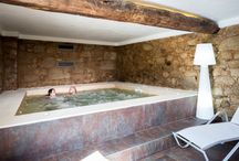 Jacuzzi / As paredes de pedra e as vigas de madeira originais proporcionam ao jacuzzi um ambiente único, criando um refúgio onde pode relaxar e esquecer o bulício da cidade. | The stone walls and the original wooden beams of the house, give to the jacuzzi an unique atmosphere, creating an haven where you can relax and forget the city bustle.