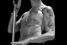 """DEPECHE MODE / Depeche Mode to więcej niż zespół. To cała subkultura stworzona przez fanów, którzy są z zespołem od przeszło 30 lat. Wyprzedane koncerty, platynowe płyty, fani podróżujący za zespołem po całym świecie. Nieodłącznym elementem są też zloty i """"depoteki"""" podczas których fani bawią się wspólnie przy muzyce"""