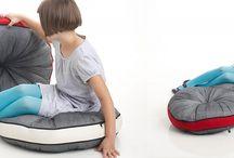 Poduszki ETNA / Okrągła poduszka ETNA to ozdoba na fotel lub sofę. Może być również używana jako samodzielne siedzisko. Wykrojona z długiego prostokąta szarej lnianej tkaniny skręconej o 360 stopni.   Projekt: Studio Tkaniny - Anna Trafas–Kowalczyk i Justyna Bagińska–Stosik, poduszki ETNA, 2013, do kupienia na nowymodel.org