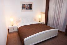 Apartament z dwoma sypialniami i tarasem / Apartament z dwoma sypialniami i tarasem znajduje się na piątym piętrze nowoczesnego budynku z windą. Przestronny pokój dzienny z aneksem kuchennym oraz dwie duże sypialnie dają naszym gościom poczucie intymności, pozwalają zrelaksować się, odciąć od otaczającej rzeczywistości.