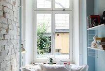 Спальная / Маленькая спальная, узкая. Кровать, тумбочки. Окно в изголовье.