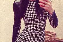 Sexy minišaty s dlouhými koženskovými rukávy a černobílým vzorem