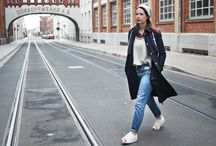 Lässige Outfits, Casual Style, Sneakers, Jeans und T-Shirts / Lässige Outfits mit Sneakers, Layering Looks, Jeans, T-Shirts, Basics immer wieder neu kombiniert.