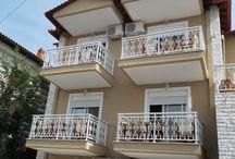 Sarti apartmanok / Sarti apartments / Sarti picike elszigetelt görög falu rengeteg szálláslehetőséggel. A Sarti apartmanok a nagyvárosi lehetőségekkel ellentétben nem többszintes luxusszállodák, hanem 2-3 szintes épületek, ahol két strandolás között álomra hajthatjuk a fejünket. A Sarti apartmanok egyszerűek, de az egy hetes nyaraláshoz szükséges minden igényt kielégítenek. A szobák mindegyike konyhasarokkal és fürdőszobával is fel vannak szerelve, így ottlétünkkor nekünk már csak a jókedvről kell gondoskodnunk! Íme néhány fotó!