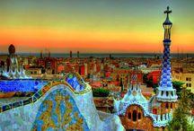 Antoni Gaudì / Si chiama Trecandìs. E' quella tecnica che consiste nell'applicazione di frammenti di ceramica e vetro, tagliati in modo irregolare e fissati su un intonaco bianco. Se ancora faticate a metterla a fuoco, sarebbe l'ora che prendeste in considerazione l'idea di fare un salto a Barcellona, che Antoni Gaudì ha trasformato con il suo genio in un'opera d'arte a cielo aperto. http://www.ceramicaecomplementi.it/antoni-gaudi-lispirazione-viene-dallalto/