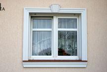 Fensterdeko mit Fassadenprofilen, Gesimsen und anderen Stuckelementen