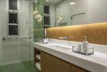 Apartamento ZA   banheiro   pastilhas / Reforma de um banheiro . Parede revestida com pastilhas e revestimento em laminado amadeirado.
