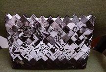 Puklica / Kabelky poskladané z papierov z časopisov, ktoré sú potiahnuté fóliou..