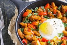 One Pot Meal Recipes / Tired of doing dishes? These one pot meal recipes come together in a single pot or skillet! Perfect for busy weeknights.