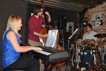 Four on SIx / Die afgelope naweek het Four on Six, 'n Pretoria-gebasseerde jazz groep opgetree by die Asbos Teater. Vinnig-vinnig het hulle die gehoor aan hulle voete gehad met hulle vertolking van populêre jazz treffers.