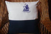Wystrój wnętrz ozdobne poduszki . / Ozdobne poduszki z kotwicą lub statkiem .  Modne i obecnie na czasie motywy .