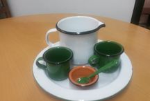 Tazas y recipientes en peltre de colores / Utensilios de cocina vintage. Seguros, limpios y coloridos, incluso decorativos!