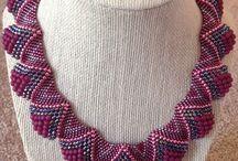 b) náhrdelníky z korálků